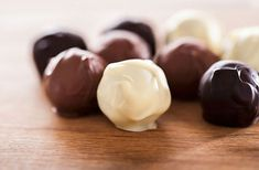 Mogyorós-csokis gesztenyegolyó Paleo Dessert, Dessert Recipes, Hungarian Desserts, Gluten Free Kitchen, Mousse, No Bake Treats, Cake Cookies, Sweet Recipes, Cookie Recipes