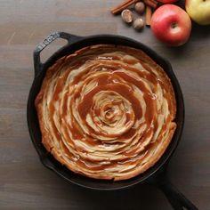 Tarte aux pommes et caramel - Caramel Apple Rose Pie Apple Pie Recipes, Sweet Recipes, Baking Recipes, Dessert Recipes, Baking Tips, Kitchen Recipes, Apple Rose Pie, Apple Roses, Delicious Desserts