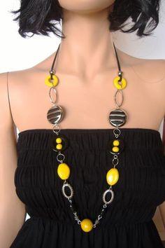Bijou fantaisie noir et jaune. Perles réalisées à la main et perles synthétique montées sur cordon de daim noir. Longueur 36cm.