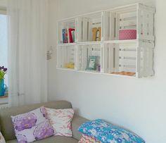 Organize e decore: Caixotes de feira bem pintadinhos e juntados na parede, se transformam numa ótima forma decorar e organizar!