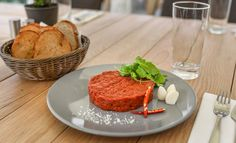 Extra veľká - až 400 gramová porcia najpredávanejšieho tatárskeho bifteku na ZľavaDňa pre 3 až 4 osoby Meatloaf, Ciabatta, Steak, Food And Drink, Feng Shui, Blog, Basket, Mascarpone, Lemon