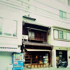 Kenichi Kamio - Between from Today's piano piece  May.22nd,2015  「狭間」 おもむきのある店構え、ビルの狭間で・・・。