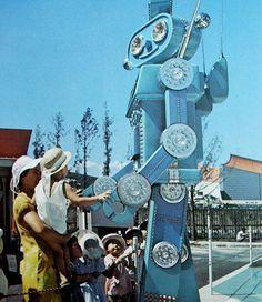 Expo --Robot of the future Vintage Robots, Retro Robot, Photo Expo, Showa Era, World Of Tomorrow, Futuristic Art, World's Fair, Googie, Retro Futurism