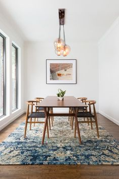 Get inspired by these dining room decor ideas! From dining room furniture ideas, dining room lighting inspirations and the best dining room decor inspirations, you'll find everything here! Dining Room Walls, Dining Room Lighting, Dining Room Design, Dining Room Furniture, Rugs In Living Room, Living Room Decor, Room Chairs, Rugs For Dining Room, Dining Room Area Rug Ideas