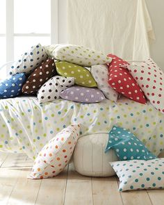 pillows with multi-colored dots | children's room . Kinderzimmer . chambre d'enfant |