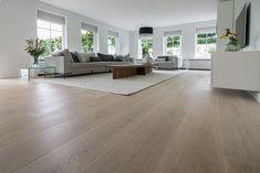 Prachtige Europees eikenhouten vloer gelegd in combinatie met vloerverwarming. De planken van deze vloer zijn 26cm breed, dit zorgt voor een mooi en ruimtelijk effect. Daarnaast zijn de planken geschaafd, hierdoor is de nerftekening van het eikenhout duidelijk zichtbaar.