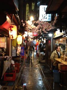 思い出横丁 en 新宿区, 東京都  Omoide Yokocho barrio con puestos de ramen y soba