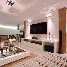 Sala linda com painel em laca branca e madeira freijó! ❤️ Por Renata Santa Rosa #design #decor #saladesigndecor