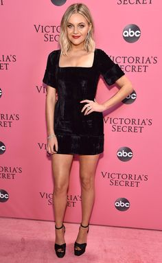 Kelsea Ballerini Photos - Kelsea Ballerini attends the Victoria's Secret Fashion Show at Pier 94 on November 2018 in New York City. - 2018 Victoria's Secret Fashion Show in New York – Show Pink Carpet Arrivals Alison Sudol, Celebrity Style Casual, Celebrity Look, Jennifer Connelly, Pink Carpet, Red Carpet Looks, Hailey Baldwin, Kelsea Ballerini, Garth Brooks