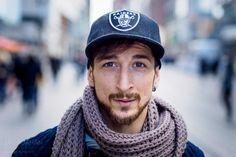 Das ist Burhan. Ich habe ihn in der Fußgängerzone getroffen. Mir ist sein langer Schal aufgefallen und er sah aus, als habe er kurz Zeit. Er war schnell einverstanden, mitzumachen. Man hatte das Ge...