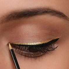 Tired of same old, same old black/brown eyeliner? Find it difficult to sport dramatic runway eyeliner looks in every day life? Here are five cool and creative but wearable eyeliner ideas to try! Eyeliner Make-up, Eyeliner Looks, Black Eyeliner, Glitter Eyeliner, Eyeliner Styles, Eyeliner Designs, Eyeliner Ideas, Glitter Makeup, Glitter Eyeshadow