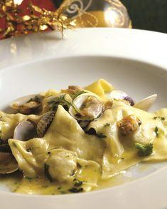 Ravioli di cernia Wine Recipes, Pasta Recipes, Gourmet Recipes, Crepes, Shellfish Recipes, Italian Pasta, Slow Food, Holiday Dinner, Food Presentation