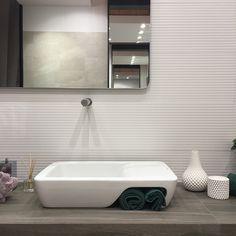 O lavatório Hi-dden 66 da #Sanindusa, combinado com a coleção FLICK, completam a sua casa de banho com um look clean e minimalista.  No espaço #Revigrés da #Tektónica. Pavilhão 1 - Stand C10.