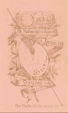 Adolph Arnold betrieb sein Atelier von 1884 bis 1892 am Hopfenmarkt 14 in Rostock. Er war zuvor als Fotograf in Stolp in Pommern (heute Slupsk in Polen) in der Präsidentenstraße 5 ansässig gewesen, spätestens seit 1866.  Rückseite aus der Zeit in Stolp (Quelle: www.fotorevers.eu)