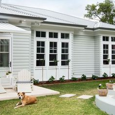 Scyon Linea is made to endure the elements, making it the perfect choice for modern coastal homes. Die Hamptons, Hamptons Style Homes, Hamptons Decor, Exterior House Colors, Exterior Paint, Exterior Design, Exterior Homes, Colorbond Roof, Weatherboard House