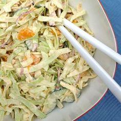 Een lekkere pittige salade, voor bijvoorbeeld bij de rijst met saus van gister: Spitskoolsalade met mandarijntjes: Snijd de spitskool in hele dunne reepjes. Doe dit in een vergiet. Leeg een blik ma…