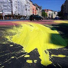 Baldes de tintas foram derramados no cruzamento de uma das avenidas mais movimentadas da cidade de Berlim.  O resultado foi uma grande intervenção onde, querendo ou não; Os veículos tornaram-se pinceis, expondo o padrão do tráfico, à medida que passavam.