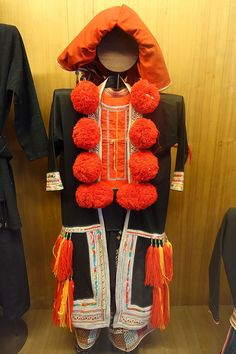 File:Woman's garment with pom-poms, view 1, Dao (Thanh phan) - Vietnam Museum of Ethnology - Hanoi, Vietnam - DSC02999.JPG