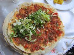 Mijn mixed kitchen: Lahmacun (zelfgemaakte Turkse pizza) Turkish Pizza, Turkish Recipes, Ethnic Recipes, Turkish Delight, Other Recipes, Vegetable Pizza, Tapas, Food And Drink, Lunch