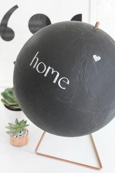 Chalkboard globe - step by step Phototutorial - Bildanleitung Chalkboard Spray Paint, Diy Chalkboard, Chalk Paint, Diy Craft Projects, Diy Crafts, Project Ideas, I Spy Diy, Painted Globe, Globe Decor