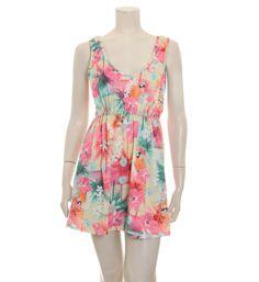 Sparkz mouwloze jurk met een all over bloemenprint. Deze korte jurk model Fabio is voorzien van een diepe ronde halslijn en heeft een elastische ban donder de buste - Roze dessin - NummerZestien.eu
