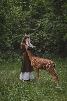 Having a familiar brings many benefits to a Witch. A witches familiar may convey wisdom and knowledge, might assist with magickal work and could also enhance the psychic or physical abilities of the witch. Story Inspiration, Character Inspiration, Poses, Foto Fantasy, Fantasy Photography, Horse Girl Photography, Forest Photography, Film Photography, Photography Ideas