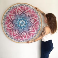 Good Morning with this amazing and big mandala! Almost 1 meter in diameter. 💖💜💙 Bom dia com essa mandala… Crochet Dreamcatcher Pattern, Crochet Mandala Pattern, Crochet Doilies, Crochet Flowers, Crochet Patterns, Crochet Wall Art, Crochet Home, Free Crochet, Knit Crochet