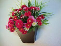 Vaso de parede em MDF revestido  com laminado cor Imbúia, flores em três tons de Rosa  degradê, musgos, folhagens. Ótimo para alegrar sua varanda, lavabo ,corredores, quartos........... OBS: 5% DE DESCONTOS NO DEPOSITO EM CONTA! R$ 63,99