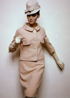 HAT ~ Bert Stern photographs a cream suit for US Vogue (January Foto Fashion, Fashion History, Vintage Outfits, Vintage Dresses, Vintage Vogue, Vintage Glam, 60s And 70s Fashion, Vintage Fashion, High Fashion