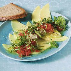 So schmeckt das Carpaccio auch Vegetariern: mit Gouda, Tomaten, Frühlingszwiebeln und viel, viel Kresse. Als Abrundung: ein süßes Honigdressing.