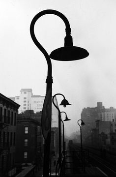 Saul Leiter started shooting color and black-and-white street photography in New York in the He had no formal training in photo. History Of Photography, Photography Gallery, City Photography, Vintage Photography, Fine Art Photography, Saul Leiter, Black White Photos, Black And White Photography, Shadow Photos