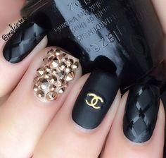 Image discovered by fabypiccolabambolina. Find images and videos about nails, black and chanel on We Heart It - the app to get lost in what you love. Cute Acrylic Nails, Cute Nails, Chanel Nails Design, Chanel Nail Art, Diy Ongles, Hair And Nails, My Nails, Gold Nails, Gucci Nails
