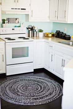 Rope rug tutorial (click through for details!) - Never thought about putting a rag rug in the kitchen but I really like it! Tapetes Diy, Rope Rug, Circle Rug, Round Area Rugs, Apartment Kitchen, Apartment Ideas, Apartment Therapy, Diy Interior, Beautiful Mess