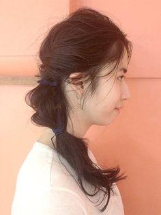 サイドの髪を左右からねじって一つにまとめたら、ツイスト編みで半分ほど結んでゴムでとめちゃいます。 毛先まで結ばなくても、途中までのアレンジでもこんなにかわいい! コーディネートに合わせて、ゴムの色もおしゃれしてみて。