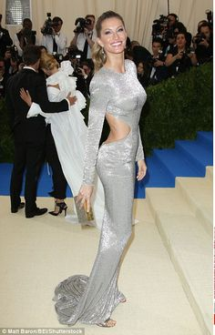 Gisele Bundchen wears a silver gown to the Met Gala in 2017 Gala Dresses, Red Carpet Dresses, Nice Dresses, Casual Dresses, Gisele Bundchen, Fall Fashion Outfits, Fashion Dresses, High Fashion, Celebrity Red Carpet