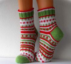Svarta Fårets mönster i garnet Frost Knitting For Kids, Knitting Socks, Hand Knitting, Knitting Patterns, Knit Socks, Cool Socks, Yarn Crafts, Mittens, Knit Crochet