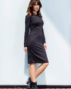Klasyczna czarna sukienka midi  Charakteru sukience dodaje ozdobna aplikacja na ramionach ze skórzanych frędzli   http://ift.tt/2hWRF0J