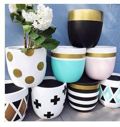 Motifs céramique Painted Plant Pots, Painted Flower Pots, House Plants Decor, Plant Decor, Home Crafts, Diy And Crafts, Flower Pot Design, Beton Design, Flower Pot Crafts