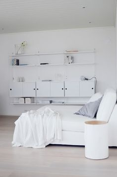 Fresh retro: String System shelves, a chaise longue and lots of white Bookcase Shelves, Shelving, String Shelf, Interiores Design, Home Projects, Retro, Bedroom Decor, Bedroom Inspo, Home Furniture