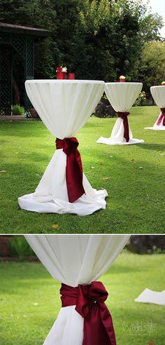 Weisse Stehtischhussen mit roten Schleifen und Teelichter. Gemietet #weddstyle http://www.weddstyle.de/hussen-verleih.html