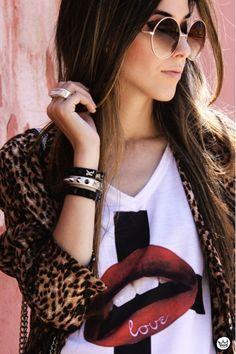 Look do Dia = Casaco de Onça + Camiseta com Estampa + Óculos Redondo
