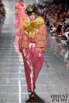Marc Jacobs Spring-summer 2019 - Ready-to-Wear Marc Jacobs Spring-summer 2019 - Ready-to-Wear - www. Weird Fashion, Fashion Over 50, All Fashion, Fashion History, Runway Fashion, Fashion Show, Womens Fashion, Fashion Design, Fashion Details