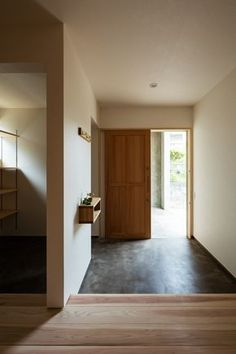 モルタル土間の玄関。シンプルな玄関引戸と合わせて雰囲気のある仕上がりに。撮影 笹倉洋平(笹の倉舎)この写真「玄関」はfeve casa の参加建築家「黒木 大亮/lyhty(リュフト)」が設計した「たかおかのいえ」写真です。「土間のある家 」カテゴリーに投稿されています。 House Styles, Entrance Design, Japanese House, Ideal Home, Japanese Interior, Interior Architecture, House Entrance, House Inspo, Hallway Decorating