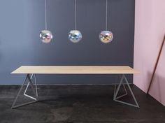 """Sebastian Scherers Leuchte """"Iris"""" besteht aus mundgeblasenem Kristallglas. Darunter sein """"Steel Stand Table"""". (Foto: Tobias Wirth)"""