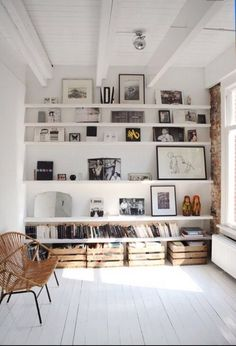 repisas en la pared que conforman una biblioteca en una casa