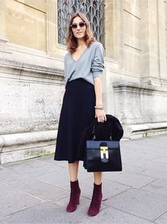 The Capsule Wardrobe must-haves: a black midi skirt, grey sweater, ankle boots and must-have bag you love to use. Edgy Work Outfits, Simple Outfits, Fall Outfits, Outfit Winter, Suede Outfits, Boot Outfits, Outfit Work, Dress Winter, Grey Outfit