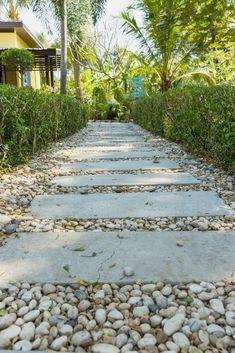 19 DIY Garden Path Ideas With Tutorials – Paver and Pebble Garden Path Paver Path, Gravel Walkway, Garden Pavers, Garden Path, Garden Ideas, Outdoor Pavers, Backyard Ideas, Path Design, Landscape Design