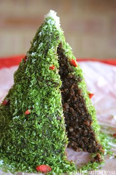 Get funky this holiday season and make a ‪raw‬ ‪& vegan‬ Christmas tree cake! It's rich, chocolaty and gooey, with orange flavors. No baking involved and a mere 20 minutes to make, beginning to end. And me thinks kids would have fun helping to decorate it. What's not to love?