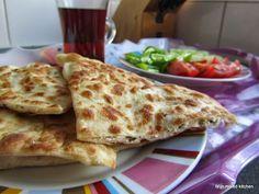 Gözleme is één van de bekendere Turkse gerechten, een typische vorm van 'streetfood': in Turkije zie je overal, zelfs op de meest onmogelijk... Good Healthy Recipes, Vegan Recipes, Snack Recipes, Moroccan Dishes, Good Food, Yummy Food, Middle Eastern Recipes, Indonesian Food, Arabic Food