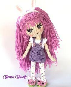 Muñeca con cabello morado.